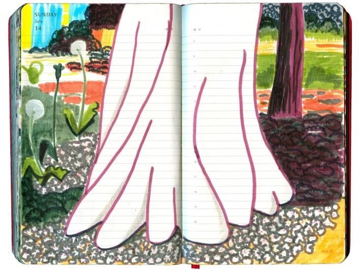 riesengroßer Kastanienbaumfuß im Vordergrund, ganz in Weiß, dahinter Pusteblume und verbluehte Tulpe