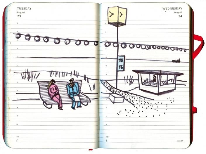 Mann und Frau auf einer Seepromenade außerhalb der Saison