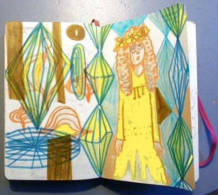 Eine in gelbes Licht getauchte Fee mit Blumenkranz auf dem goldenen Haar in zauberhafter Umgebung