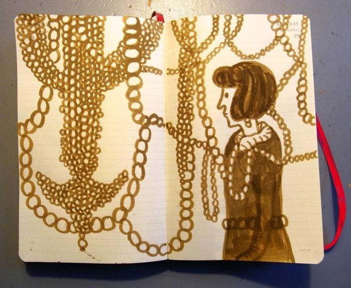 Jnge Frau vor erleuchtetem Schaufenster mit goldenen riesengroßen Ketten