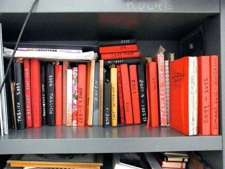 Zeichenbücher in meinem Regal: meist rote Umschläge, mit Jahreszahlen auf dem Rücken, auch Jahreszeiten