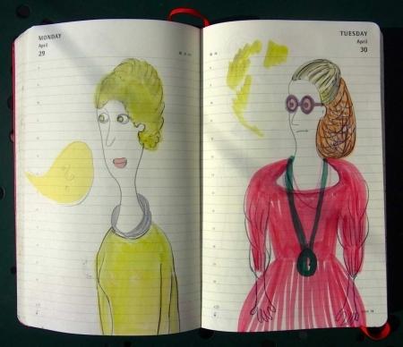 Zwei Damen, eine mit Brille und Medallion